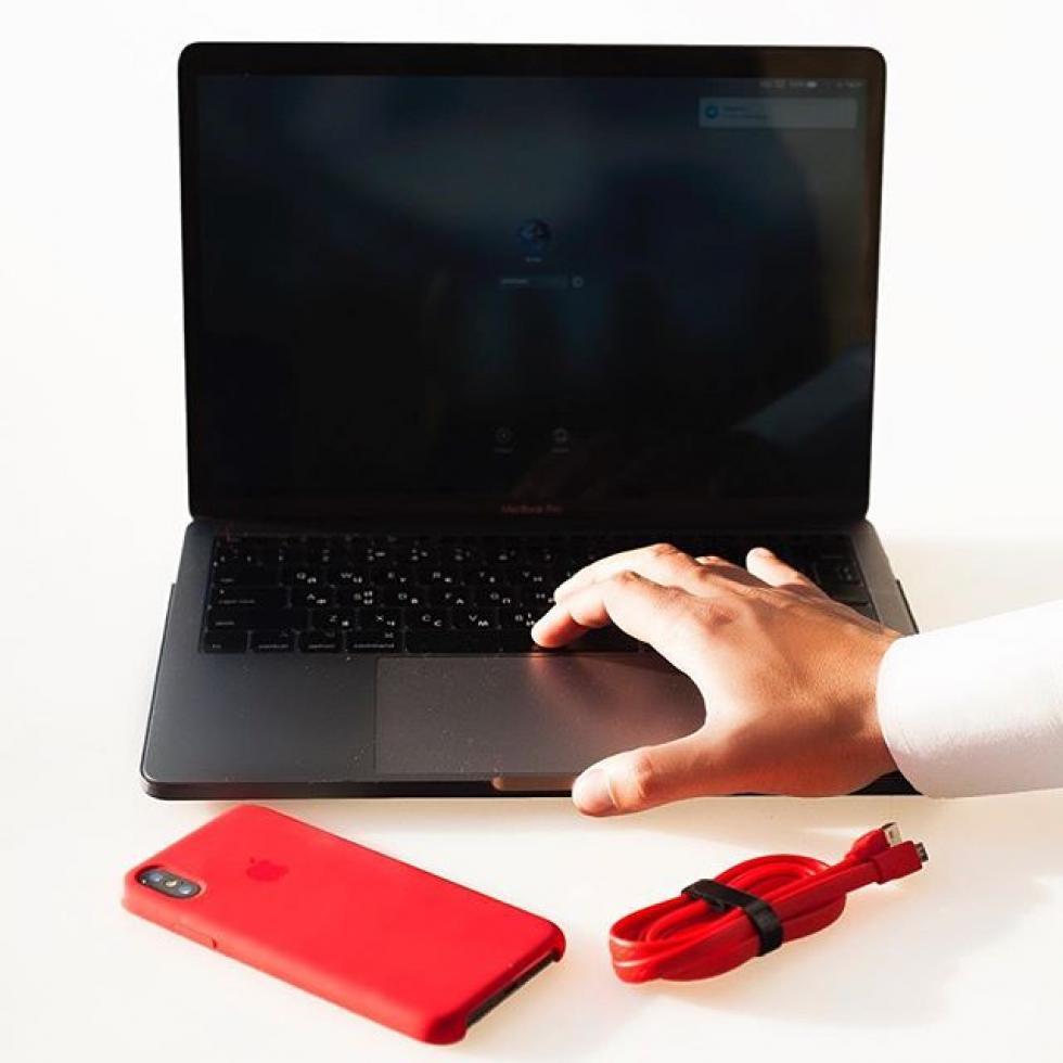 MacBook Pro со сломанным экраном.